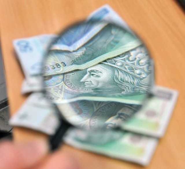 Podczas zakupów trudno brać każdy banknot pod lupę.