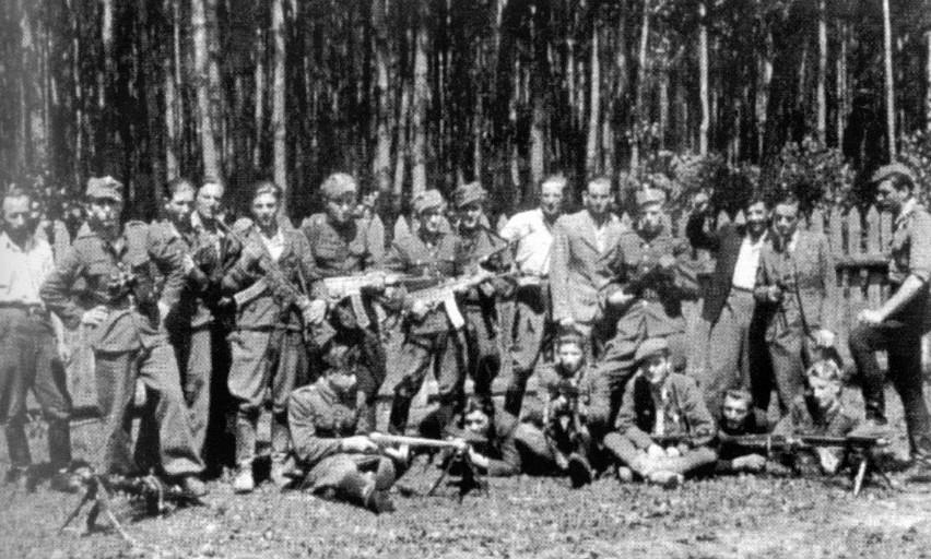 """Partyzanci oddziału DSZ-WiN kpt. Mariana Bernaciaka """"Orlika"""", lato 1946 r"""