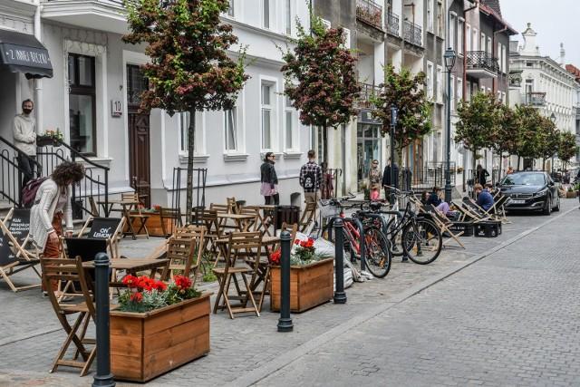 Fragment ulicy Wajdeloty stał się deptakiem. Jest więcej miejsca na ogródki gastronomiczne.