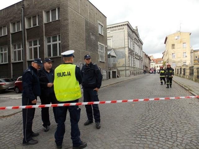 Ulica Podwale, przy której mieści się sąd, jest zablokowana przez straż i policję.