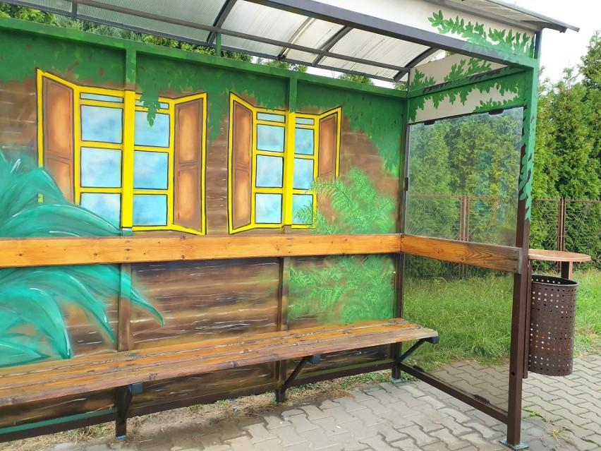 Drugi przemalowany przystanek w Luborzycy przypomina jak dawniej wyglądały wiejskie chaty