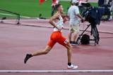 """Tokio 2020. Michał Rozmys biegł w jednym bucie. Na mecie był ostatni, ale jest w finale 1500 m! """"Stopa płonęła"""""""