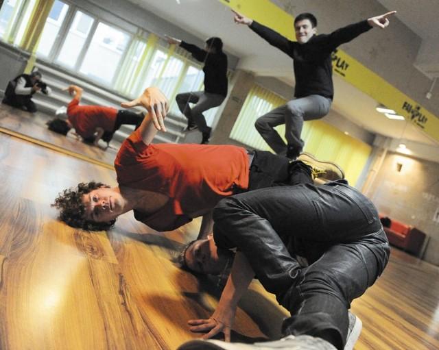 Tancerze z Fair Play Crew swoją taneczną pasją zarażają innych. Na grudniowe wieczory Karol Niecikowski (na zdjęciu z lewej), Wojciech Blaszko (na górze) i Krzysztof Kiziewicz (z prawej) przygotowali mnóstwo atrakcji.