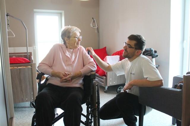 - Jest mi tu dobrze, bo pracownicy są mili i pomocni - mówi Teresa Gaida, 80-letnia pensjonariuszka domu.