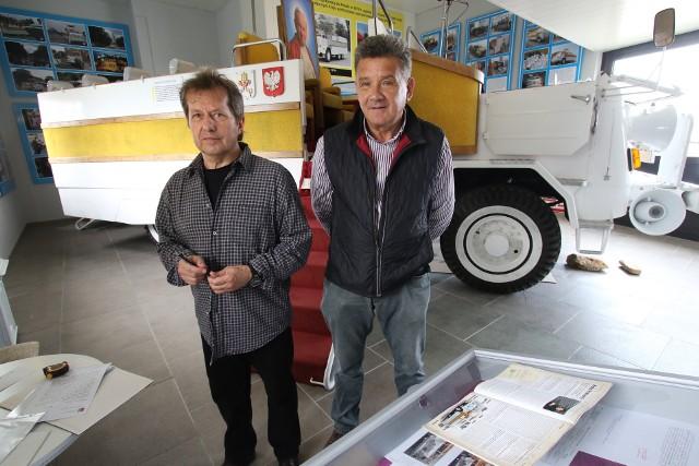 Zbigniew Gonciarz, konstruktor i Marek Adamczak, rekonstruktorPapamobile przy pojeździe w muzeum w Cedzynie.