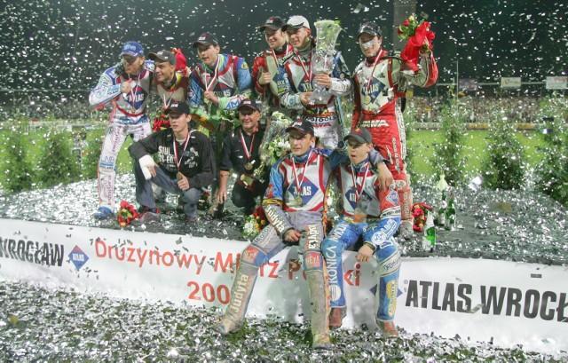 Sezon 2020 w PGE Ekstralidze miał ruszyć 3 kwietnia, jednak z powodu epidemii koronawirusa inaugurację ligi przeniesiono na 17 kwietnia. W oczekiwaniu na start rozgrywek prezentujemy archiwalne zdjęcia z sezonu 2006, gdy wrocławscy żużlowcy sięgnęli po złoto Drużynowych Mistrzostw Polski. Na równie wielki sukces sympatycy WTS-u czekają do dziś... Zapraszamy do naszej galerii!