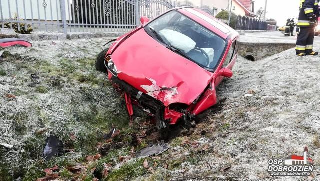 Do kolizji doszło dzisiaj przed godz. 10.00 w miejscowości Główczyce koło Dobrodzienia. Kierowca opla corsy stracił panowanie na śliskiej drodze nad kierownicą, zjechał z jezdni i uderzył w przydrożny płot. Ratownicy medyczni po przyjeździe karetki udzielili pomocy medycznej poszkodowanemu kierowcy.