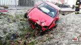 Wypadek w Główczycach. Opel corsa wpadł w poślizg i uderzył w płot [zdjęcia]