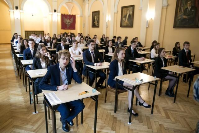 Tak w poprzednich latach wyglądały egzaminy maturalne w I LO w Krakowie. Tym razem będzie inaczej niż zawsze...