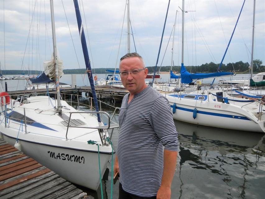 """Michał Tazbir, właściciel portu jachtowego """"Tazbirowo"""" nad Zalewem Koronowskim, dobrze ocenia mijający sezon. Straty udało się odrobić"""