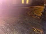 Mieszkańcy Czerwieńska mają dość zalewania ich ulicy. Fekalia, które wypłynęły po ulewie, zamknęli w słoiku i zanieśli je... do urzędu