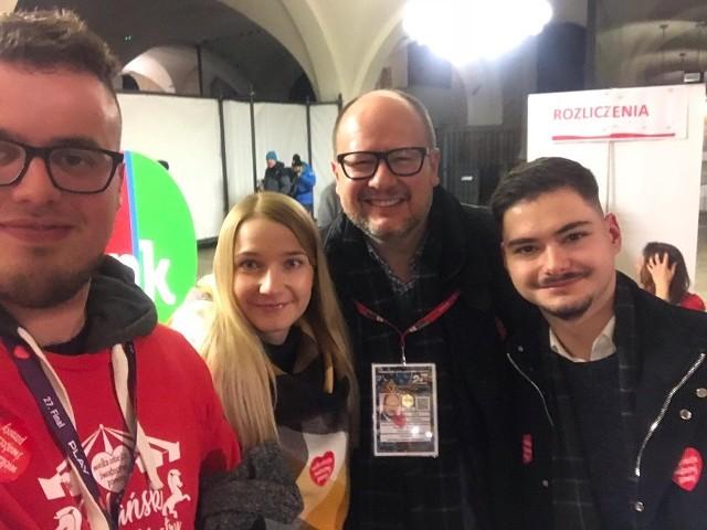 Od lewej: Marcin Makowski, Karolina Mizik, prezydent Paweł Adamowicz i Michał Wlazło. - Gdy udało nam się dojść do Zbrojowni Marcin zaproponował, żebyśmy też  zrobili sobie zdjęcie z prezydentem. To było ostatnie wspólne zdjęcie - wspomina Karolina