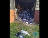 Na podwórku urządzili spalarnię odzieży! Hałda tekstyliów do spalenia czekała w garażu