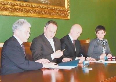 Wojewoda i starosta przy podpisywaniu umowy Fot. Archiwum