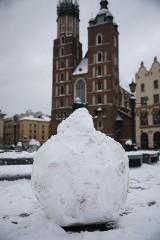 Kraków. Atak zimy: intensywne opady śniegu i ulice pokryte białym puchem. Utrudnienia w komunikacji [ZDJĘCIA]