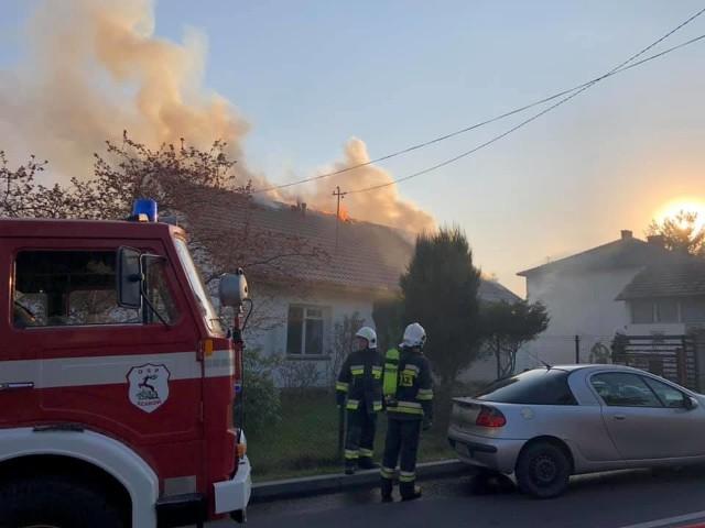 Pożar zniszczył dwurodzinny dom w Dąbrowie. Trwa zbiórka pieniędzy na pomoc pogorzelcom