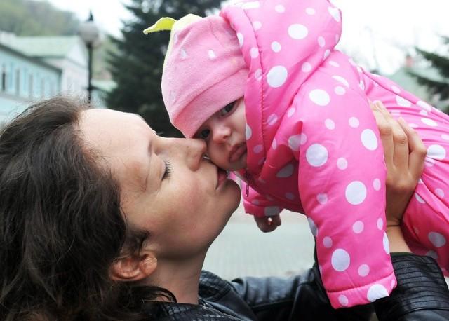 - Roczny urlop matek dzieci z całego rocznika 2013, to sprawiedliwe rozwiązanie. Szkoda, że na decyzję premiera trzeba było tyle czekać, co wiele kobiet kosztowało mnóstwo niepotrzebnego stresu – mówi Magdalena Terczyńska. Na zdjęciu z 3,5-miesięczną córeczką Julią.
