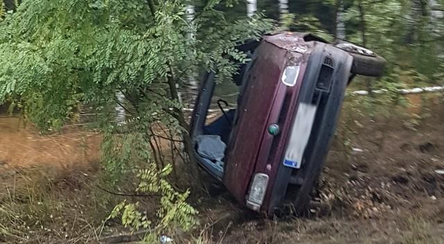 Do zdarzenia doszło w niedzielę (16 października). Skoda, którą jechało małżeństwo, wypadła z drogi na zakręcie tuż za barem na trasie Zielona Góra - Nowogród Bobrzański.Skoda jechała z Zielonej Góry w kierunku Nowogrodu Bobrzańskiego. W aucie podróżowało małżeństwo. Na łuku drogi kierujący wpadł w poślizg. Samochód wypadł z drogi i koziołkował. Skoda zatrzymała się na boku.Na miejsce przyjechała policji i służby ratunkowe. Na szczęście kobiecie i mężczyźnie nic się nie stało.