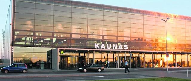 W Kownie jest jeden terminal. Obok są trzy parkingi. Na Facebooku można znaleźć nawet grupę, która skrzykuje chętnych na wspólną podróż na i z tego litewskiego lotniska.