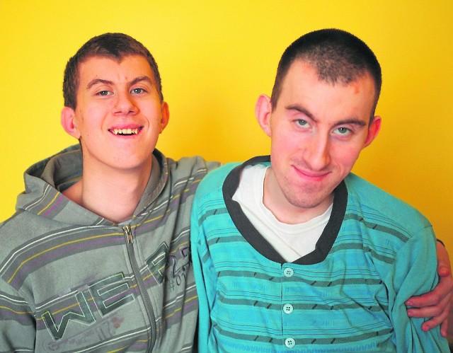 Mateusz (od lewej) i Andrzej od urodzenia cierpią na niedorozwój umysłowy. Tata poświęca im każdą wolną chwilę, by zrekompensować im nieobecność matki. Ich marzeniem jest zamieszkać na wsi