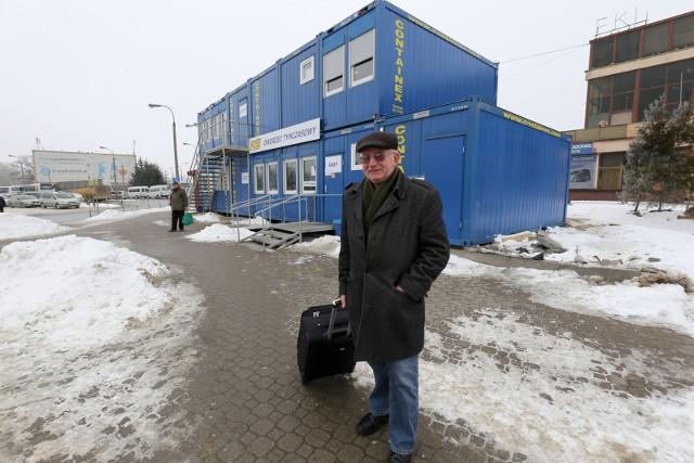 Trudno, ile trzeba będzie czekać, tyle poczekamy - mówi Andrzej Chylicki ze Sztabina. - Wygląd tymczasowego budynku dworca nie jest taki zły. Przynajmniej widać go z daleka, no i na głowę nie pada.