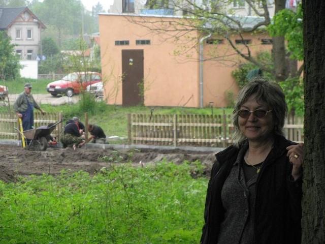 - Gdyby nie mieszkańcy, to tych drzew by tu dzisiaj nie było - mówi Alicja Prostak. Za nią budowany plac zabaw.