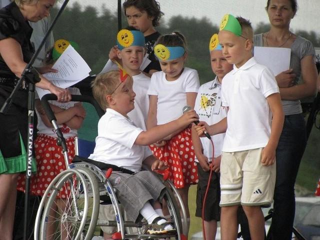 Kacperek w czasie występu z dziećmi z Publicznego przedszkola.