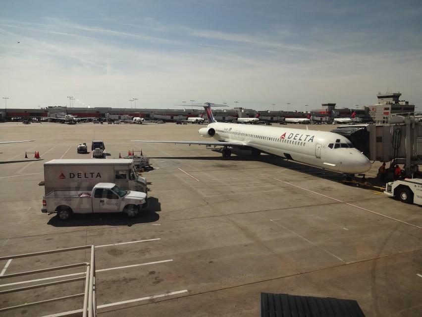 Los Angeles: Samolot lądował awaryjnie, zrzucał paliwo, ucierpiało na tym wiele osób na ziemi (Video).