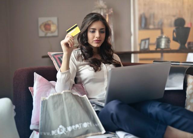 Sklepy korzystają ze zwiększonego ruchu w internecie i oferują klientom rożne promocje, wyprzedaże, wydłużony czas na zwrot towaru, a także darmową dostawę. Przed dokonaniem zakupu i wydaniem nieracjonalnej kwoty pieniędzy warto zastanowić się czy dane rzeczy są nam potrzebne.