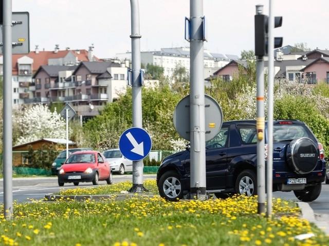 """Znak """"C-9 nakaz jazdy z prawej strony"""" jest zamontowany na latarni. Kierowcy twierdzą, że przykręcono go zbyt nisko i ogranicza widoczność."""
