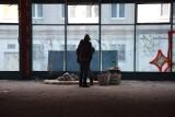 Zielona Góra. Galeria Pod Topolami. W zrujnowanym budynku bezdomni urządzili sobie noclegownię?