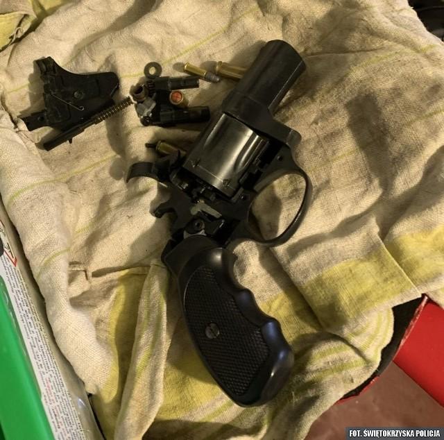 Policjanci znaleźli podczas przeszukania narkotyki oraz rewolwer gazowy