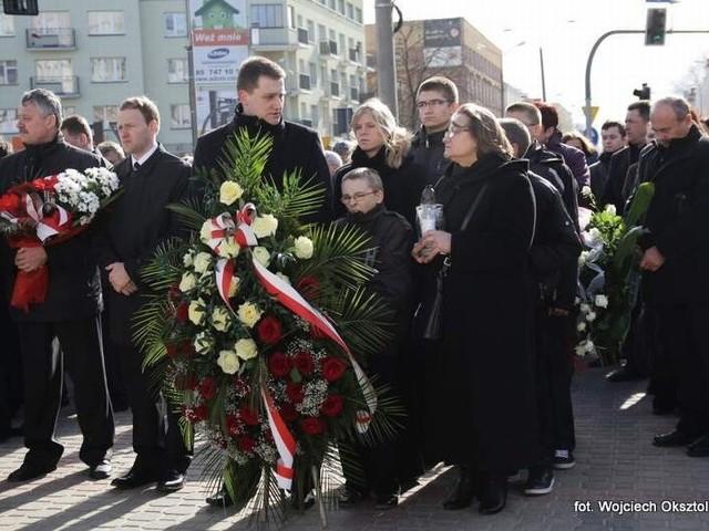 - przed pomnikiem ofiar katastrofy złożono wieńce i kwiaty