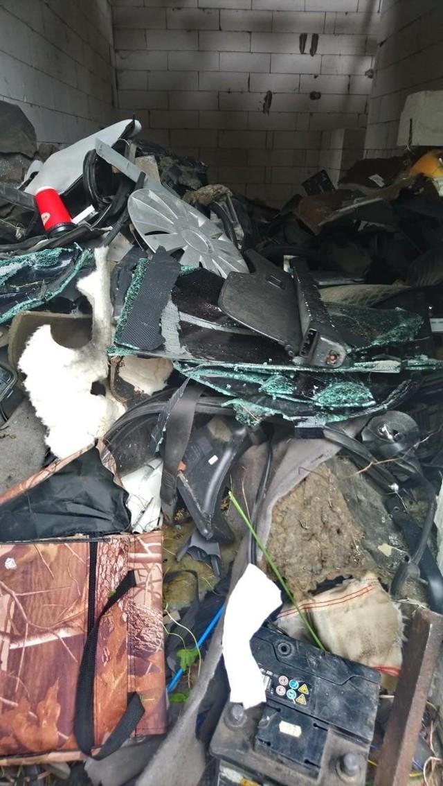 Za domem znaleziono kolejne części samochodowe, w tym stare opony, akumulator, elementy karoserii i silnika, a także rozbite szyby.