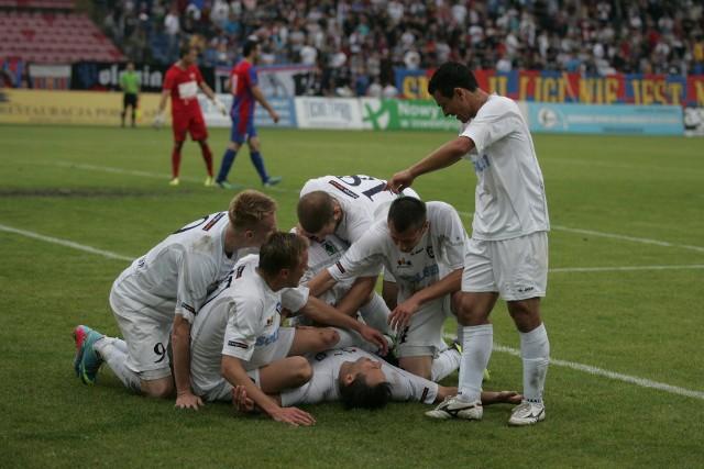 W czerwcu 2011 roku Zawisza Bydgoszcz awansował do pierwszej ligi. Na zapleczu ekstraklasy występował przez dwa sezony. W pierwszym zajął trzecie miejsce, w drugim triumfował w rozgrywkach, wywalczając promocję do elity. W tym czasie niebiesko-czarne barwy przywdziewało ponad 40 zawodników. Na kolejnych stronach przypominamy sylwetki większości z nich.