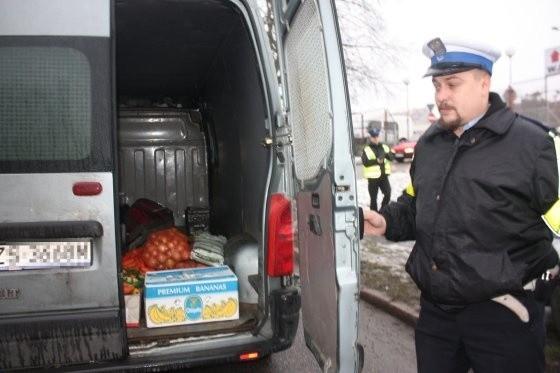 Tak przewożone są warzywa i owoce, które trafiają na nasze stoły. Kierowca dostał mandat.