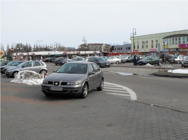 - Moim zdaniem w tym miejscu nie powinno się parkować – napisał Internauta. – Niedaleko jest duży parking i bez problemu można tam znaleźć miejsce na zostawienie samochodu.  Ten kierowca się popisał.