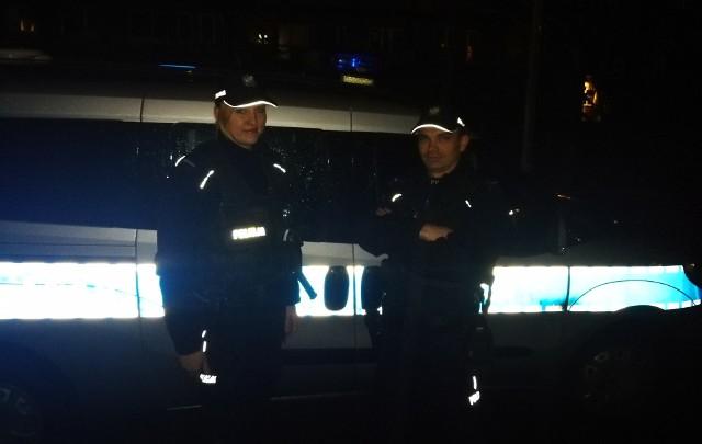 Mundurowi z Komisariatu Policji w Łapach błyskawicznie przenieśli 62-latka w bezpieczne miejsce. Wezwania załoga karetki pogotowia zabrała desperata do szpitala.