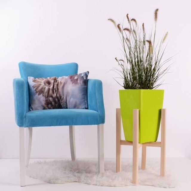 Moda na rośliny we wnętrzach nadal trwa. Najczęściej wykorzystywanym sposobem na ekspozycję roślin w mieszkaniach i w domach jest ustawienie doniczek na parapetach. Wykorzystanie kolorowych doniczek ożywi Twoje wnętrze.