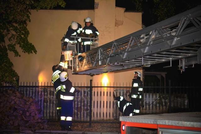 Pożary kominów to istna plaga. Jesienią i zimą strażacy w całym regionie mają pełne ręce roboty w związku ze zgłoszeniami, dotyczącymi zapalenia się sadzy w przewodach kominowych. Tymczasem bardzo łatwo się przed takimi zdarzeniami zabezpieczyć. 25 października strażacy z OSP w Cybince wyjechali do pierwszego w tym sezonie grzewczym pożaru sadzy w przewodzie kominowym. O godzinie 9.42 jeden zastęp wyruszył w kierunku Rąpic, gdzie do zagrożenia doszło w jednym z budynków mieszkalnych przy ulicy 1 Maja. Na miejscu zdarzenia stawiły się również zastępy z OSP Rąpice oraz JRG w Słubicach wraz z wysięgnikiem. Działania zastępów polegały na zabezpieczeniu miejsca zdarzenia, ugaszeniu palącej się w przewodzie kominowym sadzy oraz jego przeczyszczeniu. Po ponad godzinnej interwencji strażacy powrócili do swoich jednostek.Zobacz też:  Pożar na ul. Batorego. Zapaliła się sadza w kominieGroźnie było też na terenie Witnicy. 17 października o godzinie 19.48 miał miejsce wyjazd do pożaru przewodu kominowego w Hotelu przy ulicy Myśliwskiej. Do zdarzenia zadysponowano trzy zastępy OSP oraz jeden zastęp JRG Kostrzyn. - Tylko do końca września na terenie samego powiatu gorzowskiego w związku z pożarami przewodów kominowych interweniowaliśmy 10 razy - wylicza Bartłomiej Mądry, rzecznik prasowy gorzowskich strażaków. Dodaje, że każdy z nas przygotowując się do sezonu grzewczego, powinien sprawdzić sprawność instalacji grzewczej, pieców oraz kominów. Najlepiej wezwać kominiarza, którzy oczyści kominy z sadzy. To właśnie ona pod wpływem wysokiej temperatury ulega zapaleniu, co z kolei może doprowadzić do pożaru całego budynku.Zobacz też:  Pożar na bulwarze w Gorzowie. Nie żyje dwóch bezdomnych
