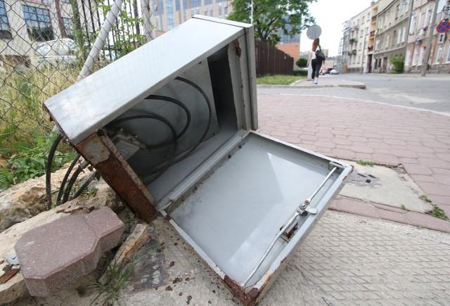 Przy ulicy Solnej znajduje się zniszczona skrzynka służąca do osłony kabli. Do tej pory nie została zabezpieczona.