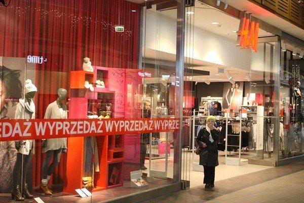947140918e W salonie sieci H M można znaleźć swetry tańsze nawet o połowę ceny.
