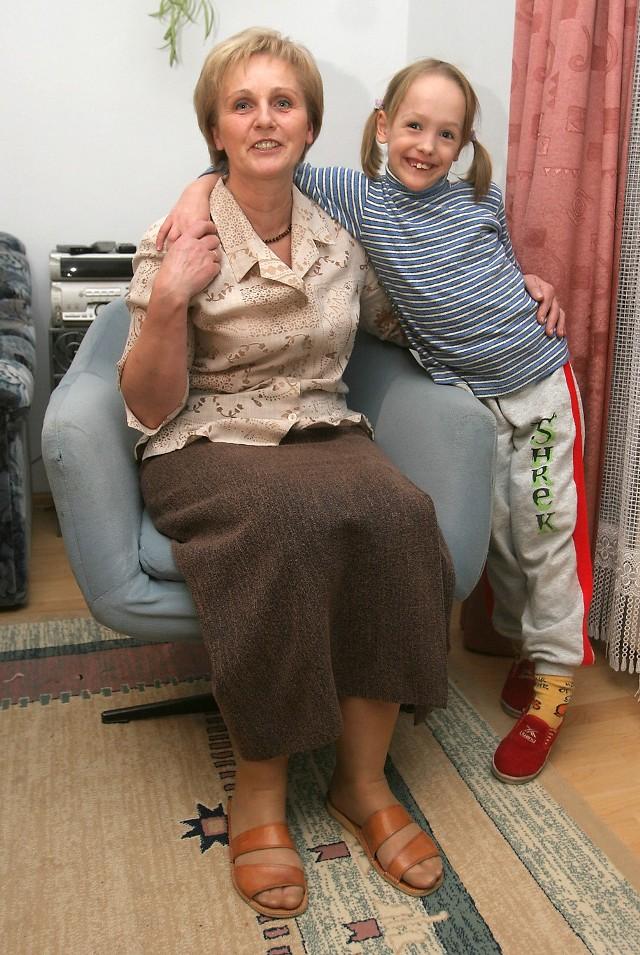 Wnuczka Weronika cieszy się z wygranej razem z babcią, Małgorzatą Cichocką.