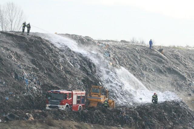 Aby ugasić ogień, trzeba było rozgarnąć hałdę, bo ogień tlił się we wnętrzu składowiska.