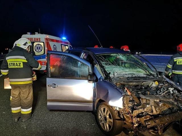 Pięć osób zostało rannych w wypadku, do którego doszło w czwartek w nocy na autostradzie A2. Na 130. kilometrze zderzyły się  osobowy ford i ciężarówka.Kolejne zdjęcie --->
