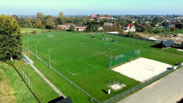 Obecne boisko Czarnych Staniątki. W ciągu dwóch lat obiekt i jego otoczenie zmienią się nowoczesny ośrodek sportowy