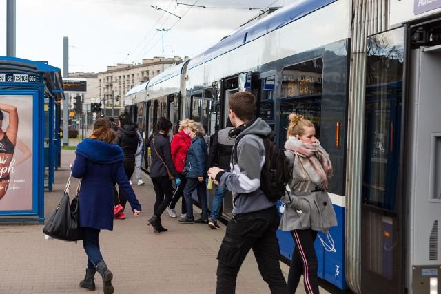 Ograniczenia w liczbie pasażerów w komunikacji miejskiej nie idą w parze z ograniczeniami w liczbie kursów