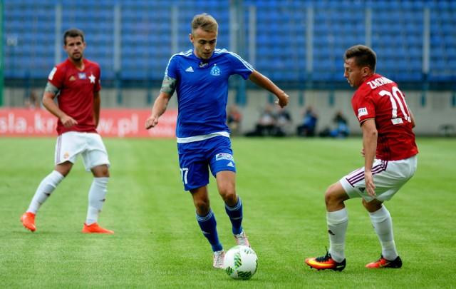 Kamil Mazek (przy piłce) ma 22 lata. W ekstraklasie w barwach Ruchu rozegrał 45 meczów,  strzelił 3 gole