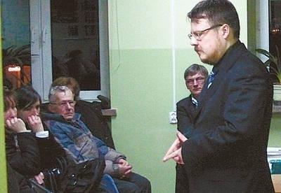 Podczas spotkania z Gdowie na pytania mieszkańców odpowiadał m.in. Jerzy Smalewski z Biura Prawnego starostwa. Z tyłu wicestarosta Mirosław Mrozowski. Fot. Archiwum