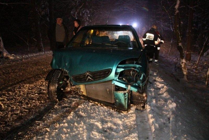 Auto zostało poważnie uszkodzone.